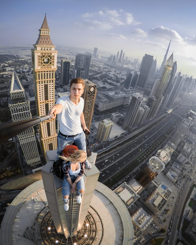 Two,roofers,do,selfie,on,tall,skyscraper,in,dubai,,united