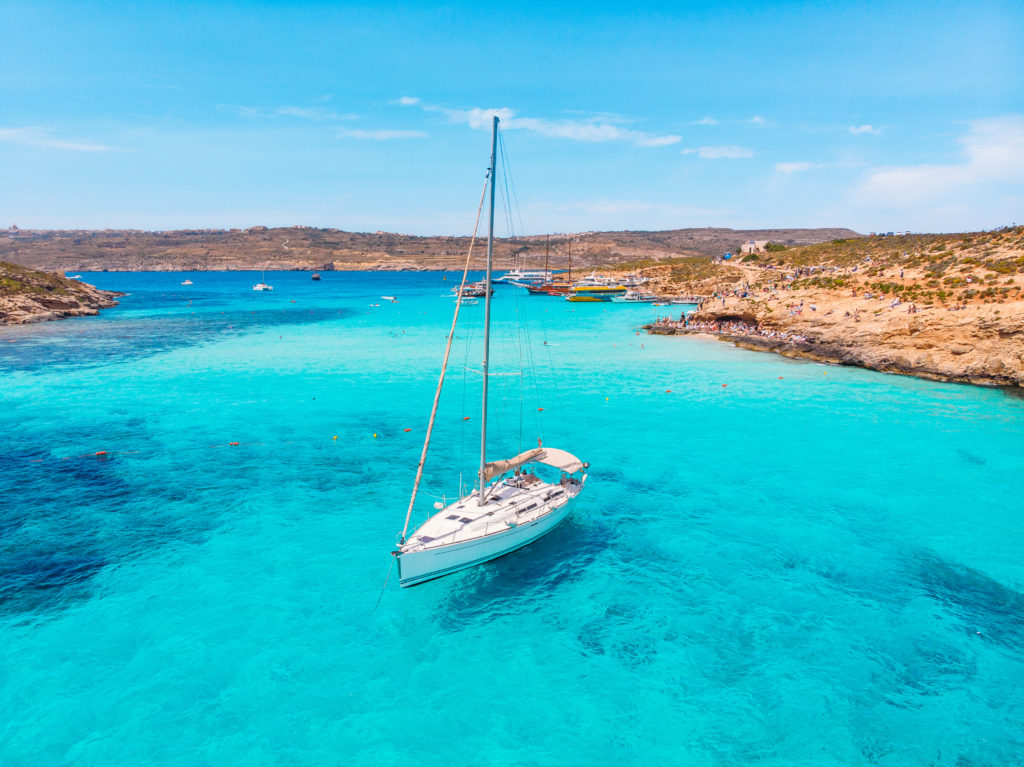 White,yacht,stands,in,azure,transparent,water,sea,,beach,blue