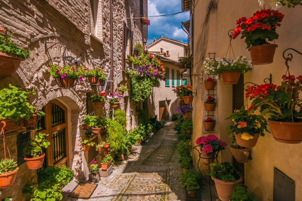 Spectacular,colorful,traditional,italian,medieval,alley,in,the,historic,center