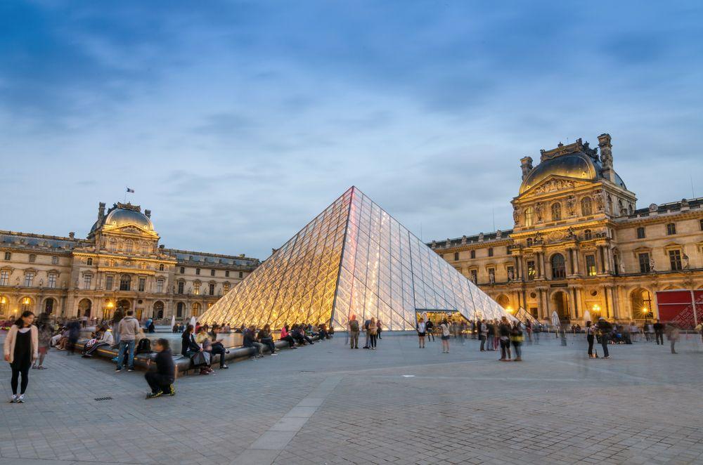 Jobb lenne élőben felkeresni a Louvre-t, de a a virtuális túrák is érdekesek