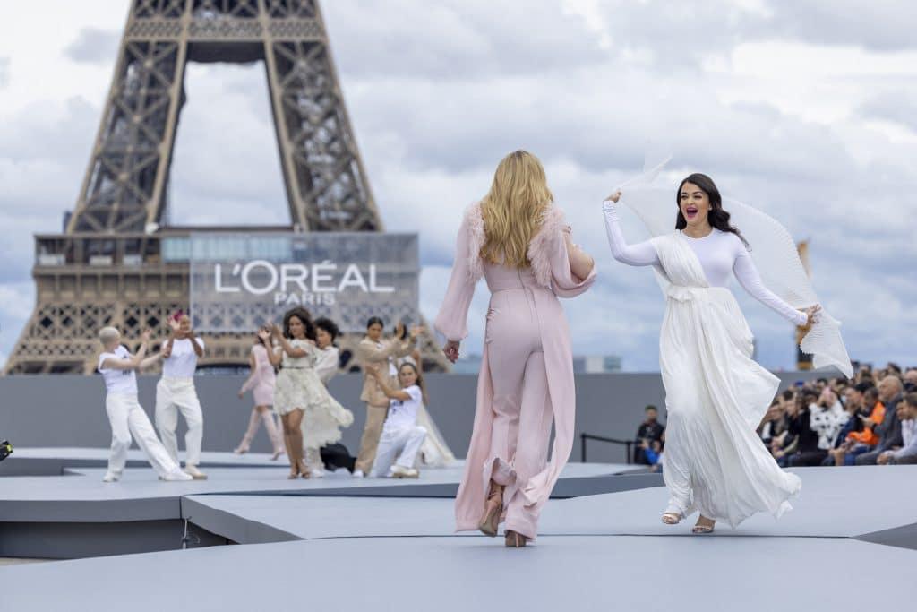 """Défilé De Mode """"le Défilé L'oreal Paris 2021"""" Lors De La La Fashion Week Printemps/été 2022 Sur Le Parvis Des Droits De L'homme à Paris"""